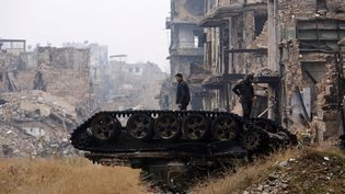 Les forces armées syriennes devant la Mosquée des Omeyyades à Alep (Syrie) , détruite, le 13 décembre 2016 (OMAR SANADIKI / REUTERS)