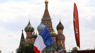 Supporters français réunis sur la place Rouge, à Moscou, à l'occasion du match France-Danemark, le 26 juin 2018. (ARNAUD JOURNOIS / MAXPPP)
