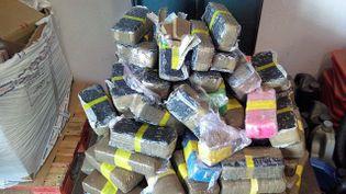 Les agents de la brigade des douanes du Perthus ont découvert 123 kilos de résine de cannabis, samedi 28 mars, à la barrière de péage du Boulou (Pyrénées-Orientales), dans le sens Espagne-France. (DOUANES 66)
