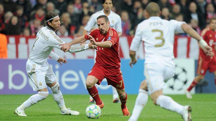 Ribery (Bayern Munich) encerclé par les Madrilènes Sergio Ramos et Pepe (CHRISTOF STACHE / AFP)