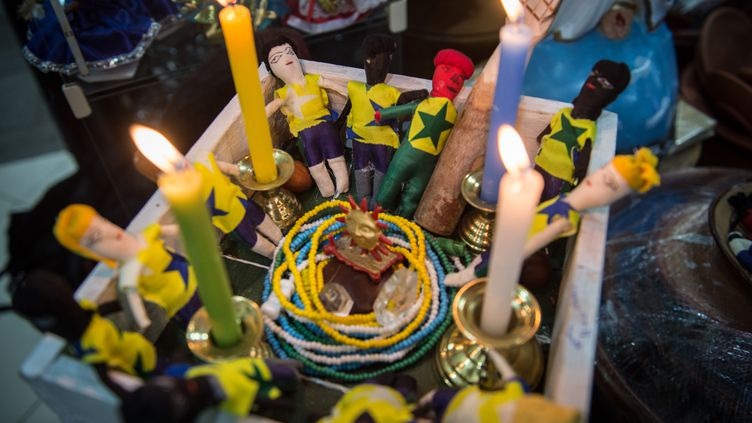 Mise en scène d'une séance vaudou, à Rio de Janeiro, le 3 juillet 2014. (YASUYOSHI CHIBA / AFP)