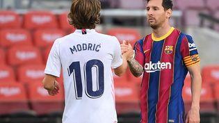 Luka Modrić et Lionel Messi, le 24 octobre 2020 au Camp Nou de Barcelone (Espagne). (LLUIS GENE / AFP)