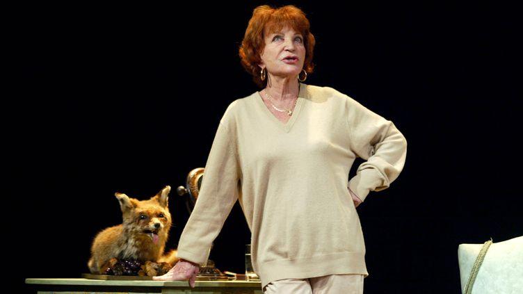 """Maria Pacôme répète sa pièce """"L'éloge de ma paresse"""" sur la scène du théâtre de la Gaîté Montparnasse, à Paris, le 13 décembre 2002. (FRANCOIS GUILLOT / AFP)"""