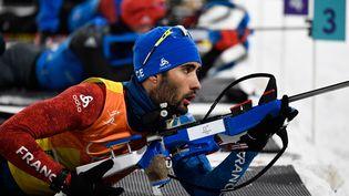 Le biathlète Martin Fourcade durant le relais masculin des Jeux olympiques de Pyeongchang (Corée du Sud), le 23 février 2018. (JONATHAN NACKSTRAND / AFP)