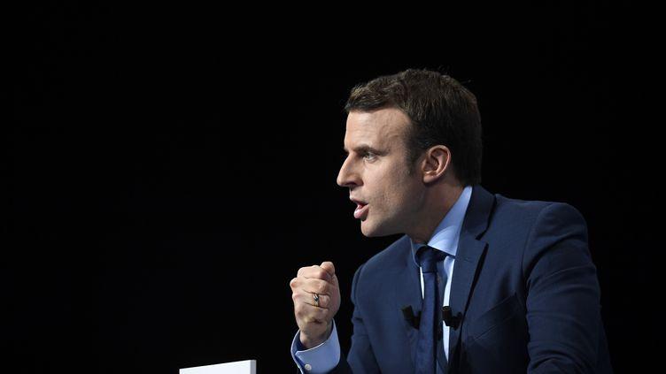 Le candidat Emmanuel Macron prononce un discours lors d'un meeting à Dijon (Côte-d'Or), le 23 mars 2017. (ERIC FEFERBERG / AFP)