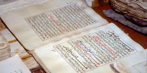 Anciens manuscrits de Tombouctou, exposés à la bibliothèque de la ville (1-1-1997) (AFP PHOTO - UN PHOTO)