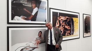 Jean-Marie Périer présente sa rétrospectiveausommet de la Grande Arche de La Défense, à Paris. (ANNE CHÉPEAU / FRANCE-INFO)