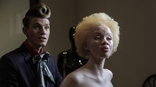Le mannequin sud-africain albinos Thando Hopa essaye une robe du soir de créateur sud-africainGert-Johan Coetzee, en juin 2015 in Johannesburg.  (GIANLUIGI GUERCIA / AFP)