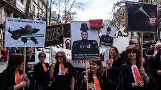 Des avocats et magistrats défilent à Paris, le 11 avril 2018, pour protester contre le projet de réforme de la justice. (JEROME CHOBEAUX / CROWDSPARK / AFP)