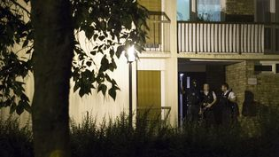 Des policiers se trouvent à l'entrée d'un immeuble de Boussy-Saint-Antoine (Essonne), où troisfemmes suspectées d'être impliquées dans la tentative d'attentat à la voiture piégée à Paris étaient cachées, jeudi 8 septembre 2016. (GEOFFROY VAN DER HASSELT / AFP)