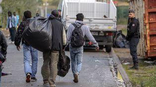 Une opération de police dans un camp de migrants à Calais. (STEVE PARSONS / MAXPPP)