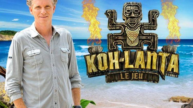"""Le présentateur de l'émission, Denis Brogniart, pose devant lelogo de l'émission """"Koh-Lanta"""". (TF1)"""