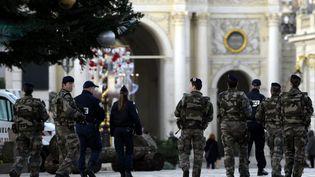 Patrouille de la police nationale et de militaires de l'armée de terre, place Stanislas à Nancy, le 1er décembre. (ALEXANDRE MARCHI / MAXPPP)