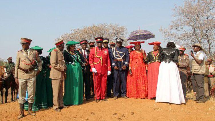 La communauté héréro, avec son leader au centre (en rouge)Vekuii Rukoro, commémore le 4 octobre 2015 le génocide de ses ancêtres sur le monticule sur lequel le général allemand Lothar von Trotha a donné le 2 octobre 1904 l'ordre de les exterminer.   (JÜRGEN BÄTZ / DPA)