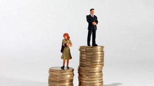 Ces inégalités de revenus dans le couple s'expliquent, notamment, par le fait que les femmes travaillent davantage à temps partiel que les hommes. (OLIVIER CORSAN / MAXPPP)