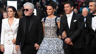 """Pedro Almodovar, Penélope Cruz et Antonio Banderas viennent présenter """"Gloire et douleur"""". Le film concourt à la Palme d'or de ce 72e festival de Cannes. (LOIC VENANCE / AFP)"""