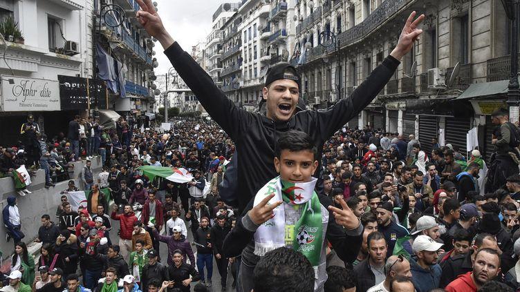 Des opposants à Abdelaziz Bouteflika manifestent à Alger (Algérie), le 8 mars 2019. (RYAD KRAMDI / AFP)