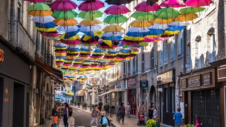 Lecentre-ville de Vesoul, et des commerces franchisés. (JEAN-FRANÇOIS FERNANDEZ / RADIO FRANCE)
