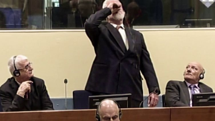 L'ancien militaire croate Slobodan Praljak avale une fiole de cyanure à l'énoncé de sa condamnation par le Tribunal pénal international pour l'ex-Yougoslavie, le 29 novembre 2017 à La Haye (Pays-Bas). (AFP)