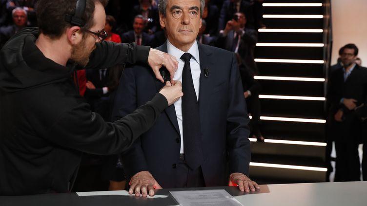 François Fillon se prépare avant le premier débat qui oppose les cinq principaux candidats à l'élection présidentielle, lundi 20 mars. (REUTERS)