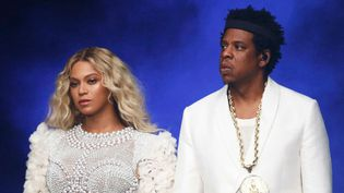 Beyoncé et Jay-Z, main dans la main et tout de blanc vêtus, à leur arrivée sur scène samedi 14 juillet 2018 au Stade de France.  (PictureGroup/Shuttersto/SIPA)