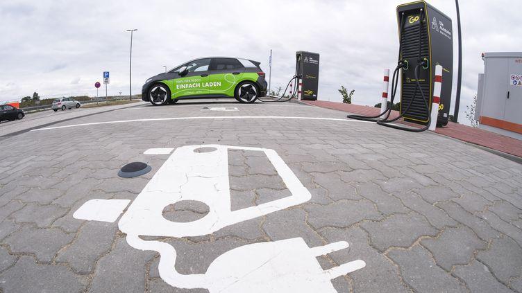 Une voiture électrique est en cours de rechargement, àSchleswig-Holstein (Allemagne), le 21 juillet 2021. (FRANK MOLTER / DPA / AFP)