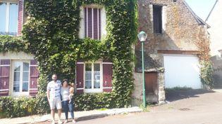 Mathieu, Stephanie et Noah et le petit Eliot vivent désormais dans cette charmante maison à Champtocé-sur-Loire pres d'Angers. Ils ont quitté leur appartement de Montreuil après le déconfinement. (Farida Nouar / FRANCEINFO / RADIOFRANCE)