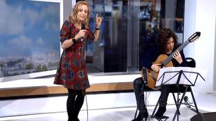 Natalie Dessay en direct du plateau de France 2 avec la guitariste Liat Cohen  (Capture d'écran/Culturebox/France2)