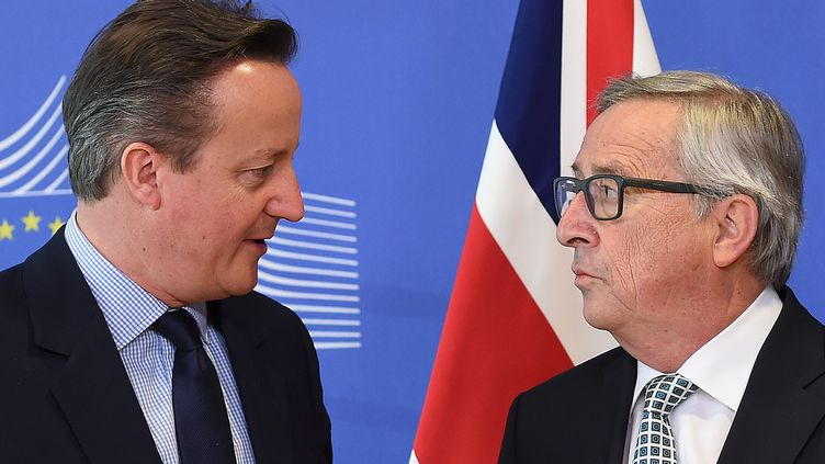 Le premier ministre britannique David Cameron (G) et le président de la Commission européenne, Jean-Claude Juncker, à Bruxelles, le 16 février 2016. (EMMANUEL DUNAND / AFP)