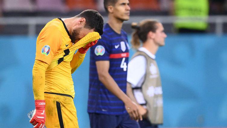 Toute la déception de Hugo Lloris après l'élimination de la France face à la Suisse aux tirs au but, le 29 juin (FRANCK FIFE / AFP)