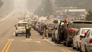 Des habitants bloqués dans les embouteillages alors qu'ils tentent d'évacuer les lieux à l'approche de l'incendie de Caldor à South Lake Tahoe, en Californie, le 30 août 2021. (JOSH EDELSON / AFP)