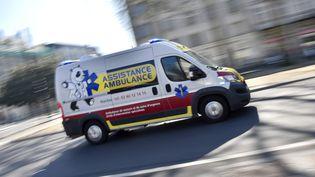 Illustrattion. Une ambulance à Nantes (Loire-Atlantique), le 16 mars 2017. (LOIC VENANCE / AFP)