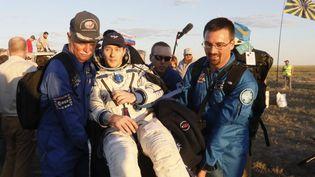 Thomas Pesquet porté par deux collègues après son atterrissage. (SHAMIL ZHUMATOV / POOL)
