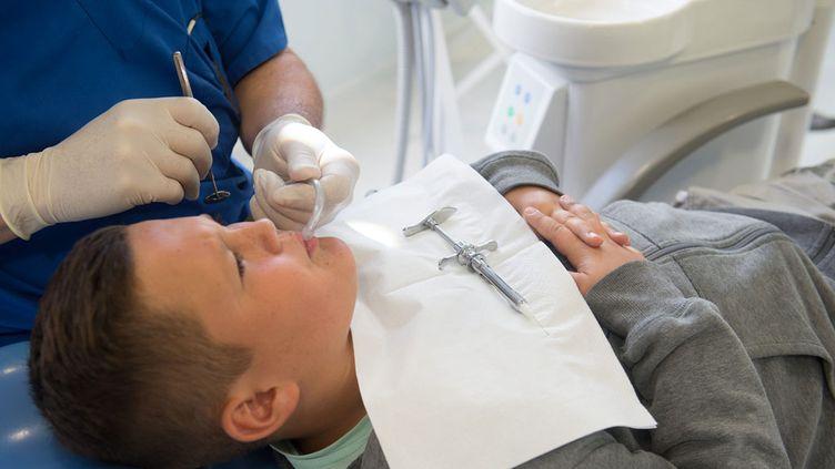 (Les cabinets Dentexia proposaient des tarifs 50 % moins chers que chez un praticien libéral © MaxPPP)