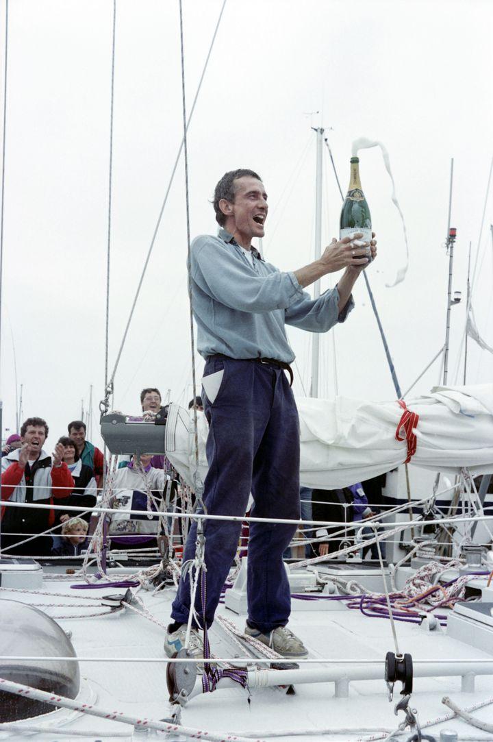 Jean-François Coste célèbre son arrivée aux Sables d'Olonne, épilogue du Vendée Globe, le 8 mai 1990. (FRANK PERRY / AFP)