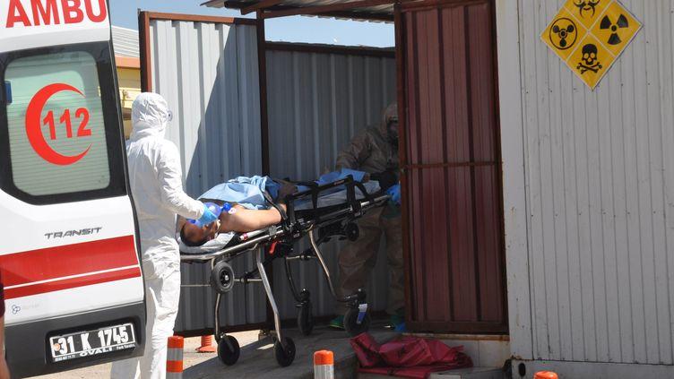 Un homme syrien est transporté par des médecins turcs àReyhanli, ville turque frontalière de la Syrie, le 4 avril 2017. (? STRINGER . / REUTERS / X80002)