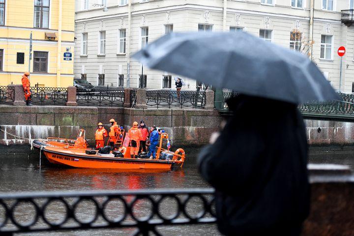 La police et les services de secours en intervention sur la Moïka, le 10 novembre 2019 à Saint-Pétersbourg (Russie), après l'arrestation d'Oleg Sokolov. (OLGA MALTSEVA / AFP)