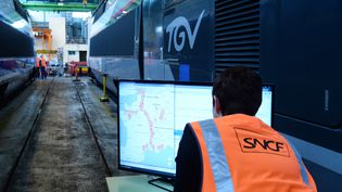 Un employé de la SNCF, au Technicentre Le Landy, à Saint-Denis, le 12 avril 2016. (ERIC PIERMONT / AFP)