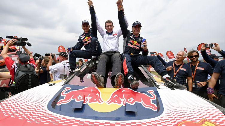 Lucas Cruz, Bruno Famin et Carlos Sainz, la joie dans le clan Peugeot (FRANCK FIFE / AFP)
