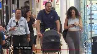 Des Israéliens dans un centre commercial. (France 2)
