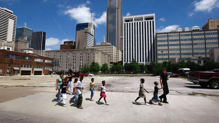 Des enfants sans-abri sont pris en charge par une association, le 17 juin 2009 à Dallas (Texas). (JOHN MOORE /GETTY IMAGES /AFP)