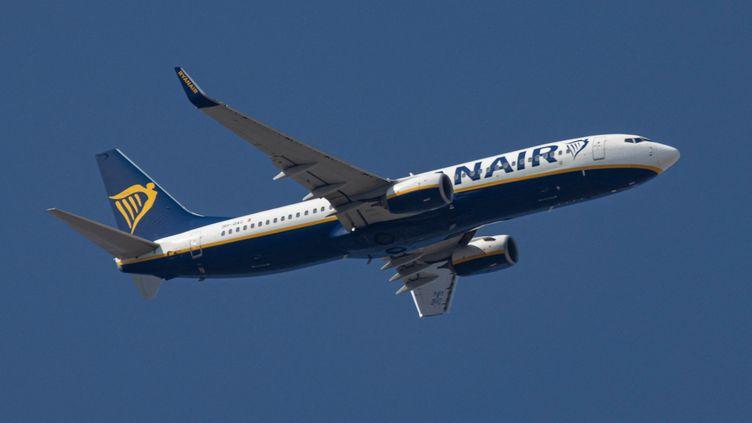 Un avion survole l'espace aérien de l'Union Européenne (illustration). (NICOLAS ECONOMOU / NURPHOTO)