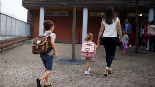 Des enfants arrivent à leur école à Caen lors de la rentrée scolaire, le 3 septembre 2018. (CHARLY TRIBALLEAU / AFP)