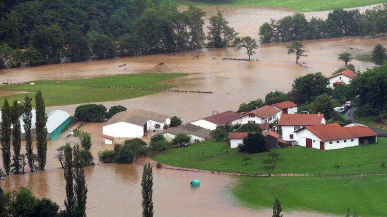 La commune de Louhossoa (Pyrénées-Atlantiques) sous les eaux après de violents intempéries, le 4 juillet 2014. (GAIZKA IROZ / AFP)