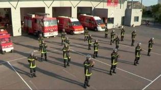 Les sapeurs-pompiers de Nuits-Saint-Georges (Côte-d'Or) dansent la zumba pour promouvoir leur bal du 14-Juillet. ( FRANCE 3 / FRANCETV INFO)