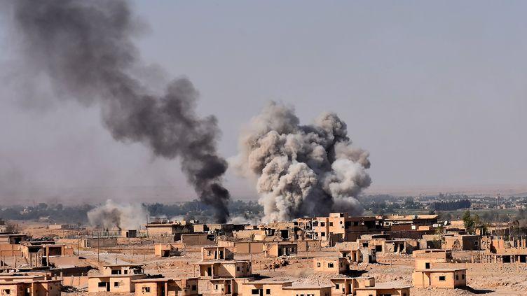 Des bombardements contre le groupe terroriste Etat islamique à Deir Ezzor (Syrie) en septembre 2017. (GEORGE OURFALIAN / AFP)