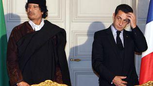 Le président de la République, Nicolas Sarkozy, et le leader lybien, Mouammar Khadi, à l'Elysée le 10 décembre 2007. (PATRICK HERTZOG / POOL)