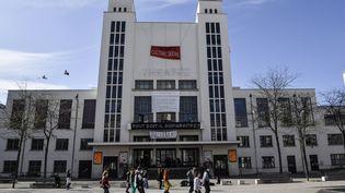 Danse devant le TNP (Théâtre national populaire) de Villeurbanne (Rhône), le 9 avril 2021 (PHILIPPE DESMAZES / AFP)