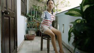 Thuy' Linh a 21 ans. Elle fait partie de la troisième génération de victimes de l'agent orange souffrant de malformation génétique. Née sans bras, Thuy' Linh a terminé le lycée il y a deux ans. Elle a été hospitalisée de l'âge de 3 ansjusqu'à sa majorité. (MATHIEU ASSELIN)