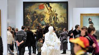 """Le public défile devant """"La République guidant le peuple"""" de Delacoix au Louvre Lens  (PHILIPPE HUGUEN / AFP)"""